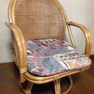 籐製の回転式椅子