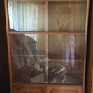 【美品】本棚、整理棚(ガラス&オシャレ木彫り引き戸)