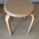 木の丸椅子×2(サイドテーブルとして使ってました)