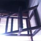 古くてアンティーク調の良い色合いの椅子