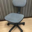 事務用の椅子2つ