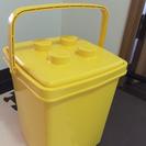 黄色のレゴのおもちゃ箱