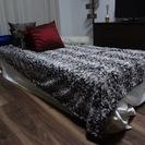 細身の一体型シングルベッド