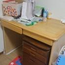 木製の机と格納引き出し