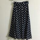 紺色に白の水玉のスカート