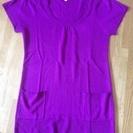 鮮やかな紫色の半袖ニット