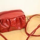 赤いコンパクトサイズのショルダーバッグ