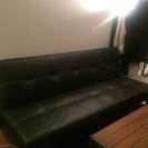 フェイクレザーの3人掛けソファー(ブラック)