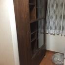 無料 木製ダークブラウン書棚シェルフ引出し収納 ガラス引き戸
