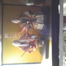 ガラスケース入りの翁とおばあさんの人形