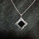 黒い四角のネックレス