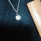 真珠ぽい石のまわりにキラキラなネックレス