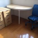 オフィスデスク、キャビネット、イスのセットです。