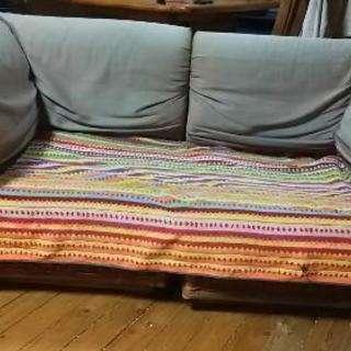 藤と布地のソファー