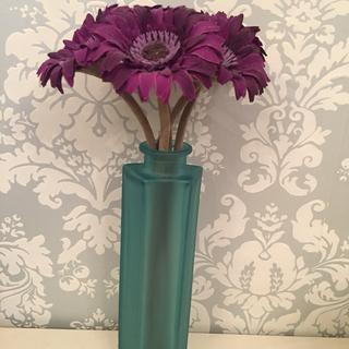 ブルーのガラス製の花瓶