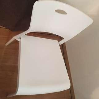 軽量プラスチック製椅子 同じものが4個 お引き取りに来て頂ける方に...