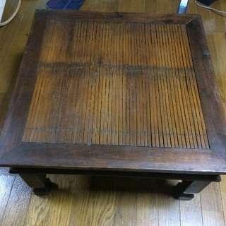 アジアンテイストの机
