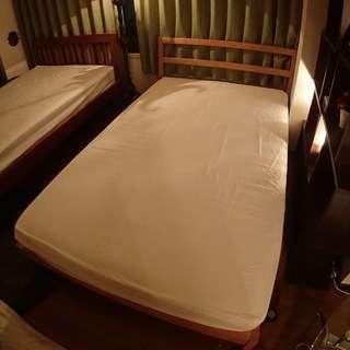 木製ボードのセミダブルベッド