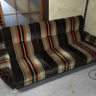 古いソファです レトロ好きな方はいかがですか?