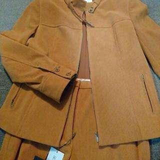 オレンジのパンツスーツ
