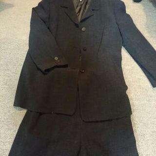 チャコールグレーのマダムスーツ