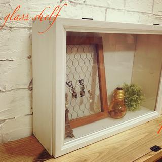 白 アンティーク風 壁掛けシェルフ 置物棚 ガラスショーケース小