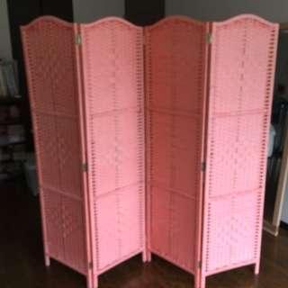 可愛いピンク色の4枚繋がったパーティションです。取りに来られる方へ