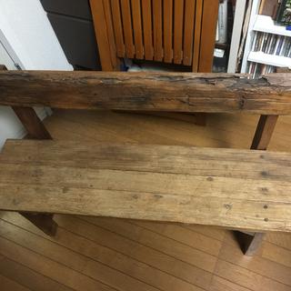 木の一枚板で作られたベンチ