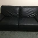 黒い革の3人用のソファ