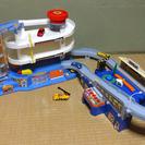 トミカスーパーオートステーションとオートトミカビル連結セットをお譲...