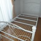白いアイアンのシングルベッドを差し...