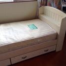 優しいアイボリーのセミシングルベッド