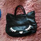 ネコのデザインのバッグです。