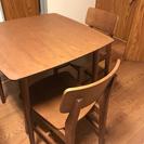 ダイニングテーブルと椅子二脚
