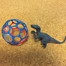 音が鳴るオモチャと恐竜のオモチャ