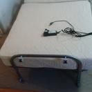 電動式ベッド(半分に折りたたみ可能・テーブル付)
