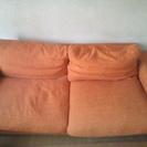 オレンジ色のソファー