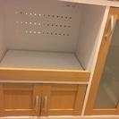 白を基調とした食器棚
