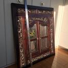 アジアンチック!木彫り枠付き、開き扉の鏡