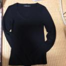黒のVネックのニットセーター