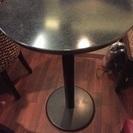 丸テーブル一台。