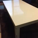 白くて四角いテーブル