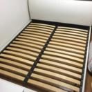 クイーンサイズのベッドフレーム