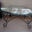 ラウンドガラスのテーブル