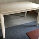 白色のテーブルになります。 引取り限定となります。
