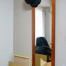 木製の壁掛け鏡