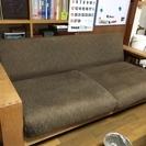 手すりの板が便利なソファ