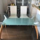 ガラスのダイニングデーブル