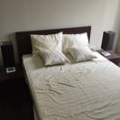 ダブルベッド+ベッドサイドランプ