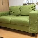 グリーンの2人掛けソファ